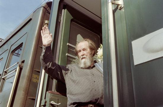 Alekszander Szolzsenyicin húszéves számüzetése után moszkvai letelepedése előtt pár hetes körutat tett Oroszországban. A képen a vonatból integet Vlagyivosztokba érkezésekor 1994. június 1-én #moszkvater