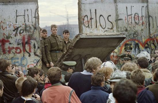 Kelet-német határőrök döntik le a falat a Potsdamer platz közelében 1989. november 11-én #moszkvater