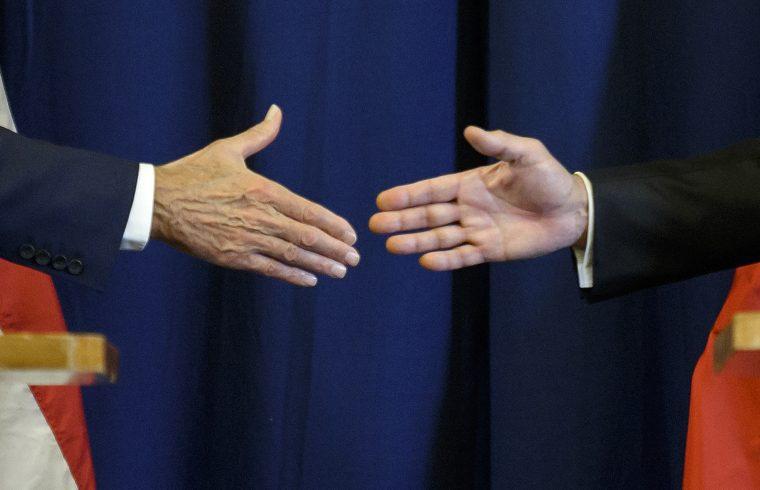 John Kerry amerikai és Szergej Lavrov orosz külügyminiszter kézfogása 2016. szeptember 9-én a szíriai válság megoldására összehívott konferencián Genfben #moszkvater