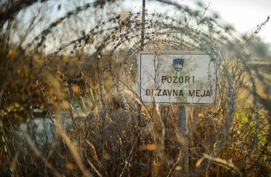 """""""Vigyázat! Államhatár """" felirat a szlovén-horvát határ egyik szögesdróttal védett szakaszán #moszkvater"""