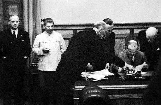 Molotov éppen aláír, Ribbentrop és Sztálin balról figyel. Az 1939. augusztus 23-án létrejött Molotov-Ribbentrop paktummal eldőlt a balti régió sorsa is. #moszkvater
