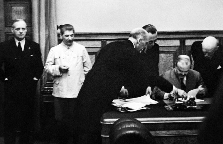 Ribbentrop és Sztálin a háttérben miküzben Molotov aláírja a Szovjetunió és Németország közötti szerződést a Kremlben 1939. augusztus 23-án #moszkvater