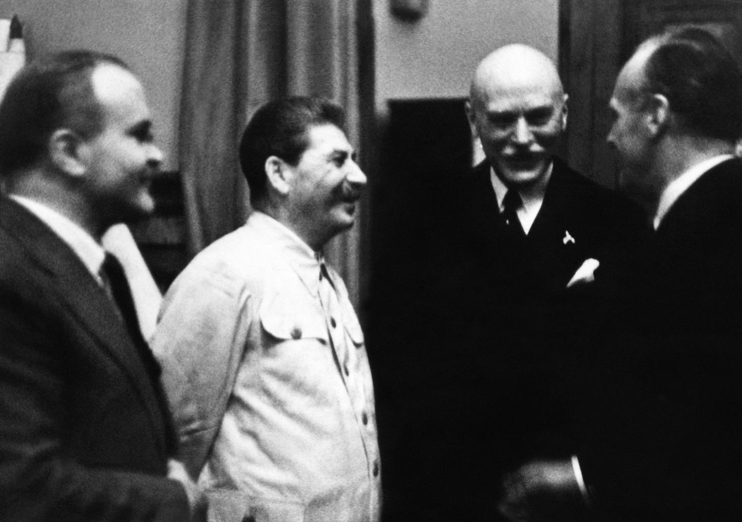 Sztálin, szovjet államfő és külügyminisztere Vjacseszlav Molotv beszélget Joachim Von Ribbentrop német náci külügyminiszterrel a moszkvai Kremlben 1939. augusztus 23-án, a szovjet – német megnemtámadási egyezmény aláírásakor, amely Molotov – Ribbentrop paktum néven lett ismert a történelemben Fotó:EUROPRESS/AFP #moszkvater