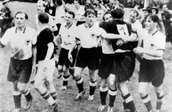 Puskás (balra háttal) gratulál a győztes német válogatottnak az 1954-es berni labdarúgó vilgbajnokság döntőjében #moszkvater