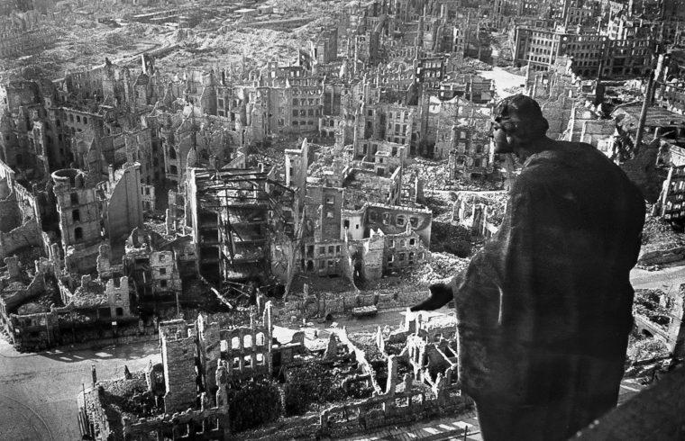 """""""Abszolút helytálló az a megállapítás – az áldozatok számáról folyó vita ellenére –, hogy a drezdai volt a második világháború legpusztítóbb légitámadása, mely sok szempontból még a Hirosimában és Nagaszakiban végrehajtott rombolást is felülmúlta"""" #moszkvater"""