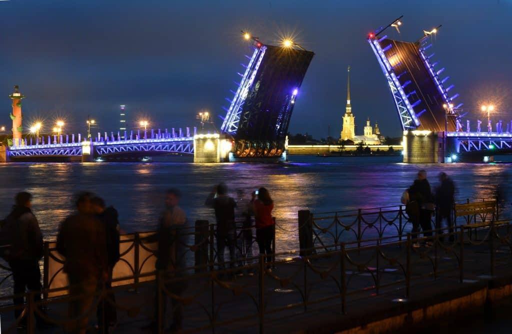 Turisták a Néva partján Szentpéterváron #moszkvater