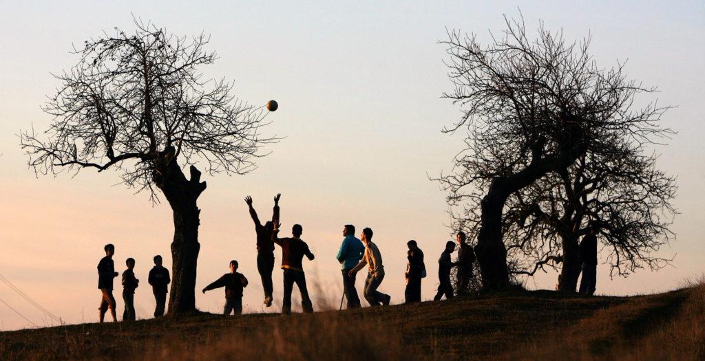 Albán fiatalok fociznak a koszovói Balinca faluban #moszkvater
