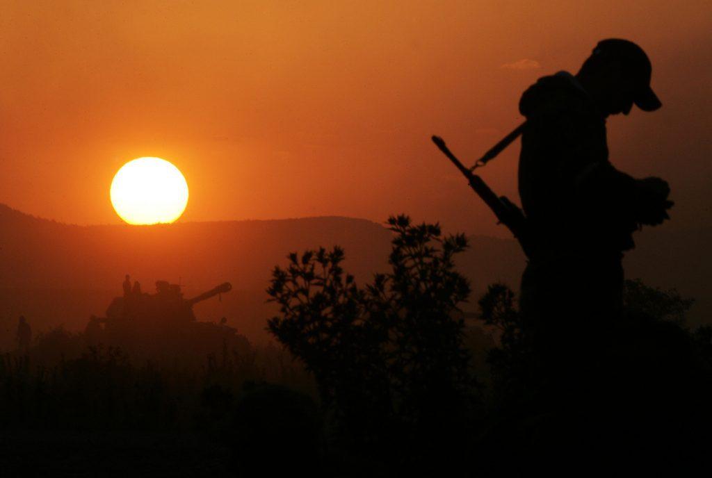 Orosz katona áll a naplementében egy dél-oszétiai ellenőrzési ponton 2008. augusztus 11-én #moszkvater