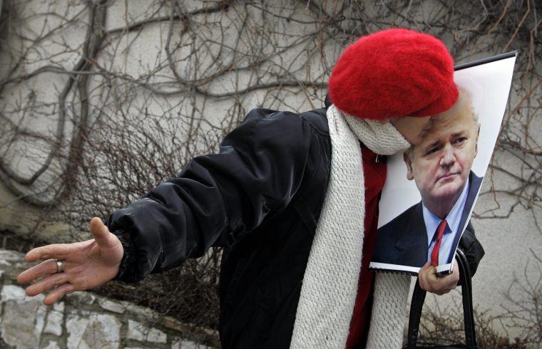 Egy nő csókolja meg Szlobodan Milosevics portréját a volt jugoszláv vezető sírjánál, Pozsarevácban tartott megemlékezésen 2009. március 11-én #moszkvater
