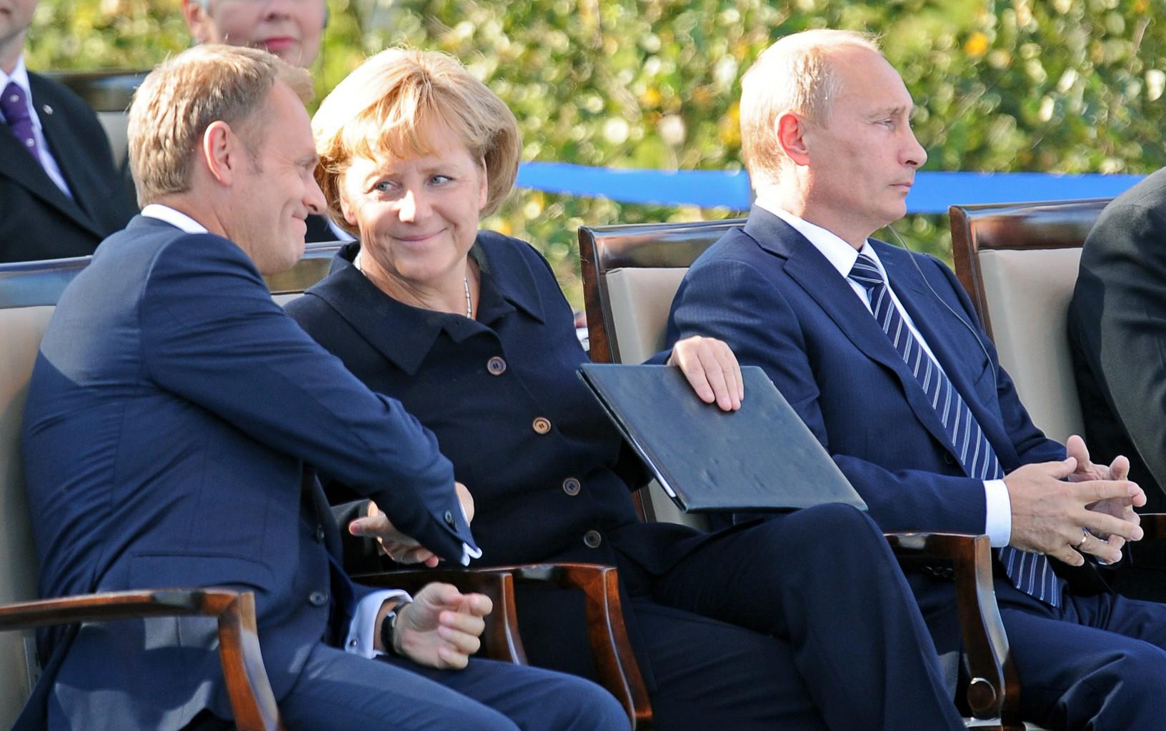 Donald Tusk, Angela Merkel és Vlagyimir Putyin 2009-ben, a Westerplattén tartott megemlékezésen #moszkvater
