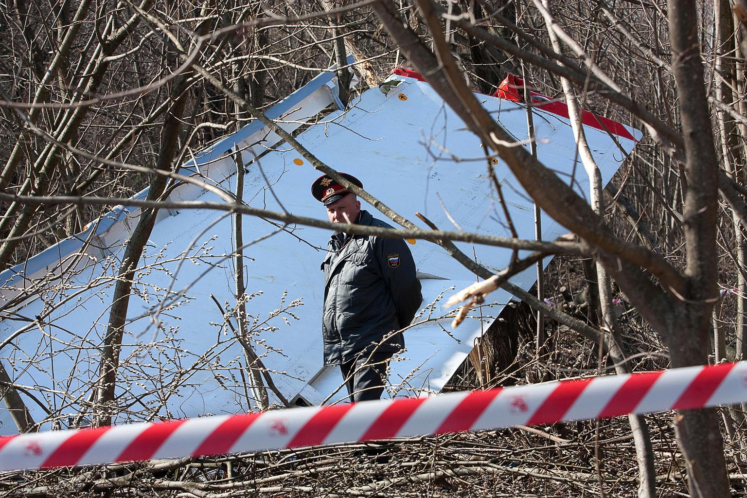Orosz rendőr áll őrt a Szmolenszk közelében lezuhant lengyel kormánygép roncsainál 2010. április 10-én #moszkvater