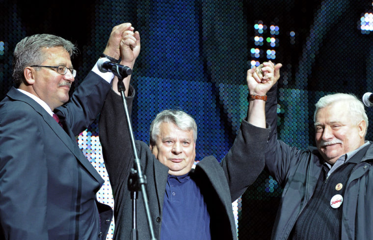 Bronislaw komorowski és Lech Walesa fogja közre Bogdan Borusewiczet a Szolidaritás megalakulásának 30-ik évfordulóján, a gdanski hajógyárban tartott ünnepségen 2010. augusztus 31-én #moszkvater