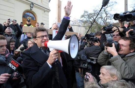 Janusz Palikot 2010-ben Varsóban egy tüntetésen a varsói püspök rezidenciája előtt, mert szerinte az egyház meg akarja félemlíteni a mesterséges megtermékenyítést támogató képviselőket, akiknek a nevét országszerte felolvasták a templomokban Fotó:EUROPRESS/AFP/Janek Skarzynski #moszkvater