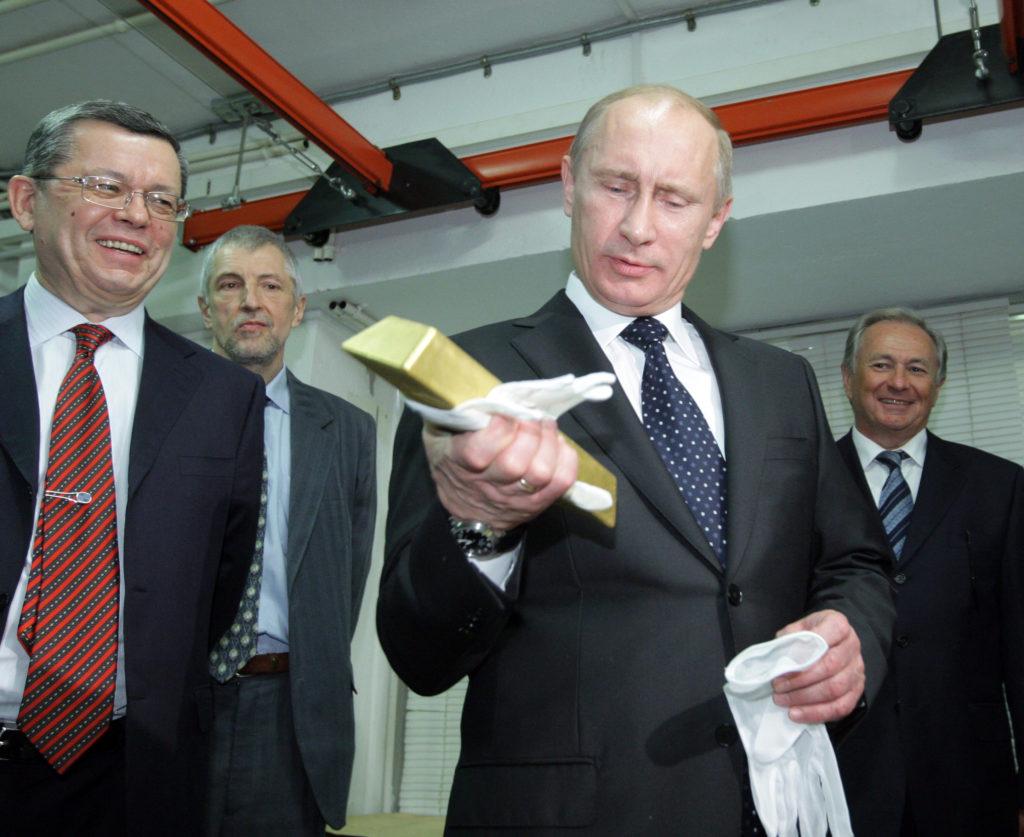 Vlagyimir Putyin orosz elnök egy aranyrudat tart a kezében az Orosz Központi Bank letétkezelő központjában Moszkvában 2011. márciusában #moszkvater