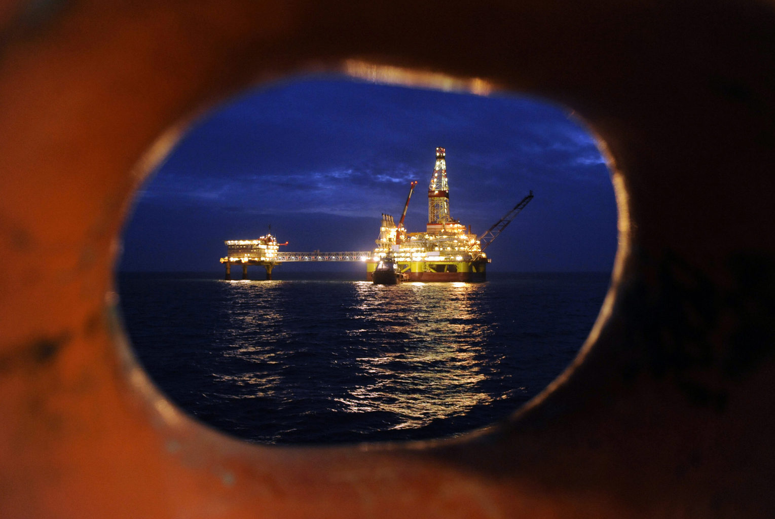 Az orosz Lukoil olajkitermelő tornya a Kaszpi-tengeren, Asztrahántól 180 kilométerre #moszkvater