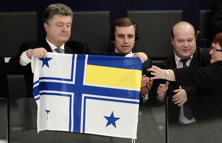 Petro Porosenko az ukrán haditengerészet parancsnoki zászlóját tartja az Európai Parlament plenáris ülésén, 2014. március 12-én Strasbourgban #moszkvater