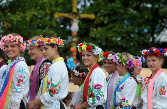 Hagyományos belarusz népviseletbe öltözött lányok egy fazekas fesztiválon Gorodnajában, 2014. július 27-én #moszkvater