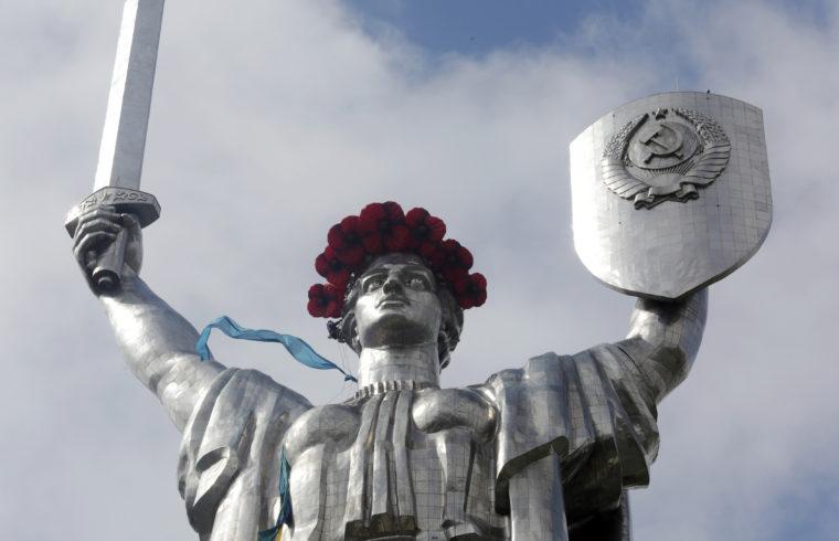 Haza Anyácska szobra a szovjet címerrel Kijevben #moszkvater