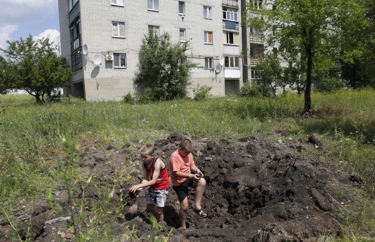 Gyerekek egy luhanszki bombatölcsérben #moszkvater