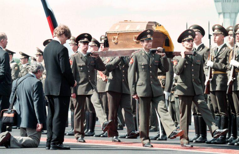 II. Miklós orosz cár koporsóját viszik katonák a szentpétervári temetésen 1998. július 17-én #moszkvater