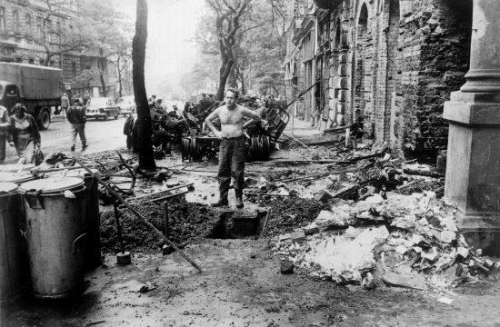 Férfi a roncsok között Prágában, 1968. augusztusában #moszkvater