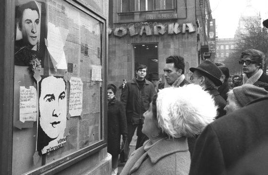 Jan Palach fényképe a prágai Vencel tér egyik kirakatában 1969. január 24-én #moszkvater