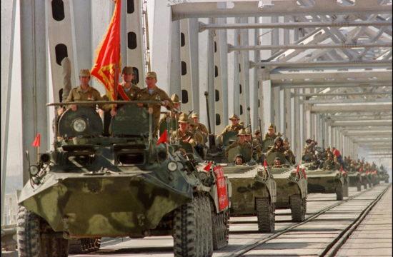 A Vörös Hadsereg egy konvoja halad át a termezi hídon 1988. május 21-én, a szovjet csapatok Afganisztánból való kivonulásakor #moszkvater
