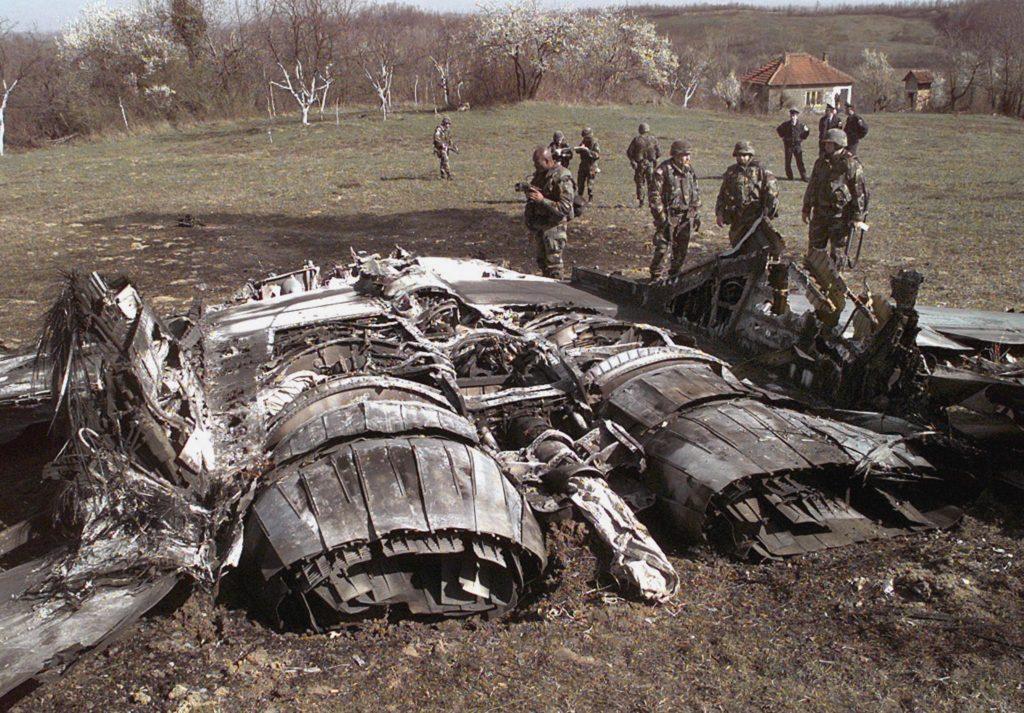 A Us Army dokumentációs csoportja vizsgálja aJugoszláv Köztársaság felett Egljevik városánál lelőtt Mig-29-es gép roncsait 1999. március 27-én #moszkvater