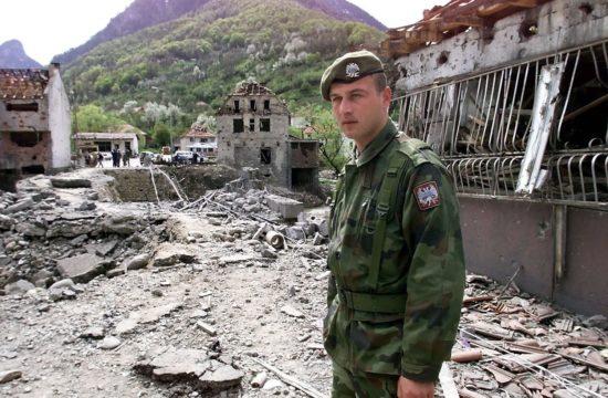 A jugoszláv hadsereg egyik katonája a lebombázott murinói hídnál 130 km-re Podgoricától, 1999. május 2-án Fotó:EUROPRESS/AFP/Alexander Nemenov #moszkvater