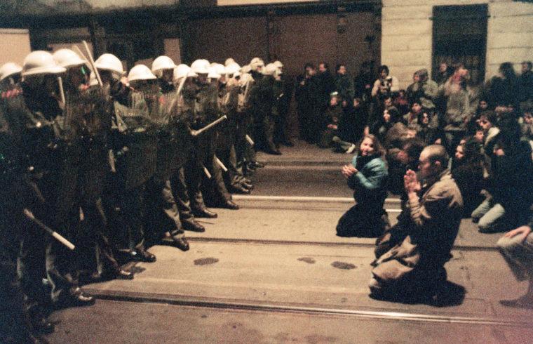 Rendőrök előtt térdelő tüntetők Prágában, 1989. november 19-én #moszkvater