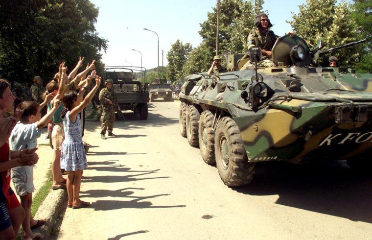 Orosz páncélos csapatszállító érkezik a koszovói Kamenica városába, Pristinától délkeletre, 1999. június 29-én Fotó:EUROPRESS/AFP/Hector Mata #moszkvater