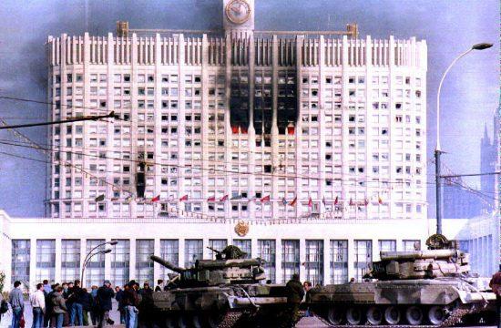 """Az orosz hadsereg tankjai a szétlőtt moszkvai """"Fehér Ház"""" előtt 1993. október 4-én #moszkvater"""