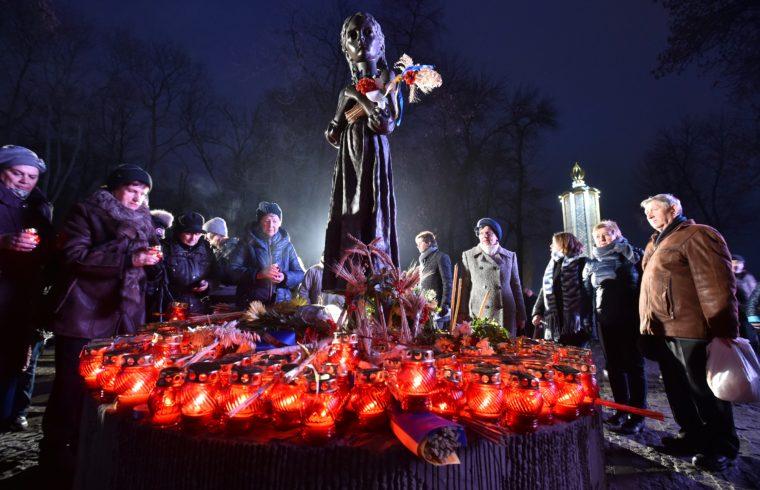 Megemlékezők gyertyái a kijevi Holodomor emlékműnél 2017-ben #moszkvater