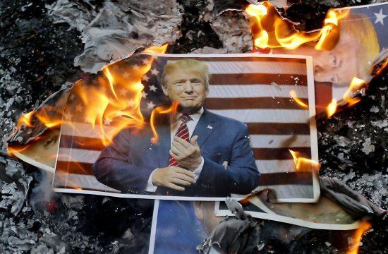 Iráni tüntetők Donald Trump amerikai elnököt ábrázoló képet égetnek Teheránban 2017. december 11-én #moszkvater