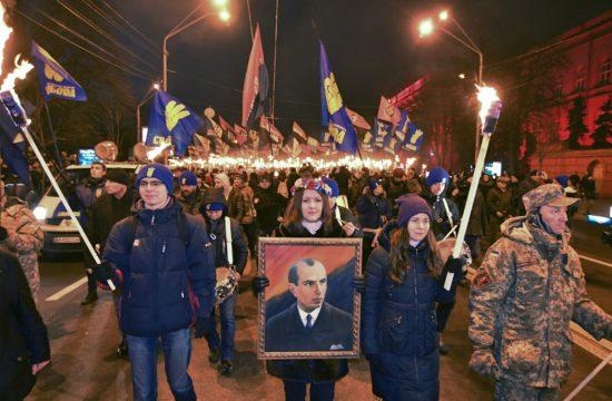 Sztepan Bandera, az Ukrán Nemzeti Mozgalom vezetőjének képével vonulnak fel születésének 109. évfordulóján Kijevben, 2018. január 1-én Fotó:EUROPRESS/AFP/Genya Savilov #moszkvater