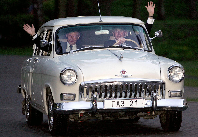 Vlagyimir Putyin orosz és George W. Bush amerikai elnök egy Volga autót vezetnek 2005-ben a moszkvai Vörös téren #moszkvater