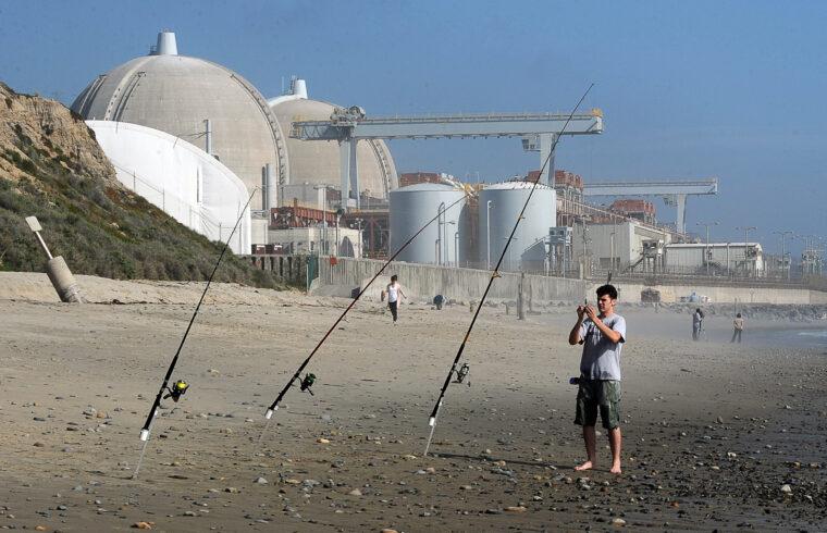 Horgász a San Diego megyei San Onofre atomerőmű előtti partszakaszon 2011-ben. Az Egyesült Államokban működik a legtöbb reaktor #moszkvater