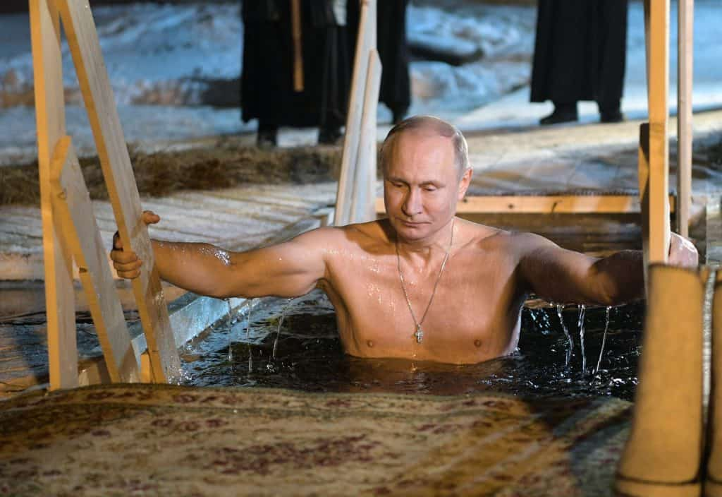 Vlagyimir Putyin, orosz elnök megmerítkezik a Szeliger tó vízében Vízkeresztkor 2018. január 19-én