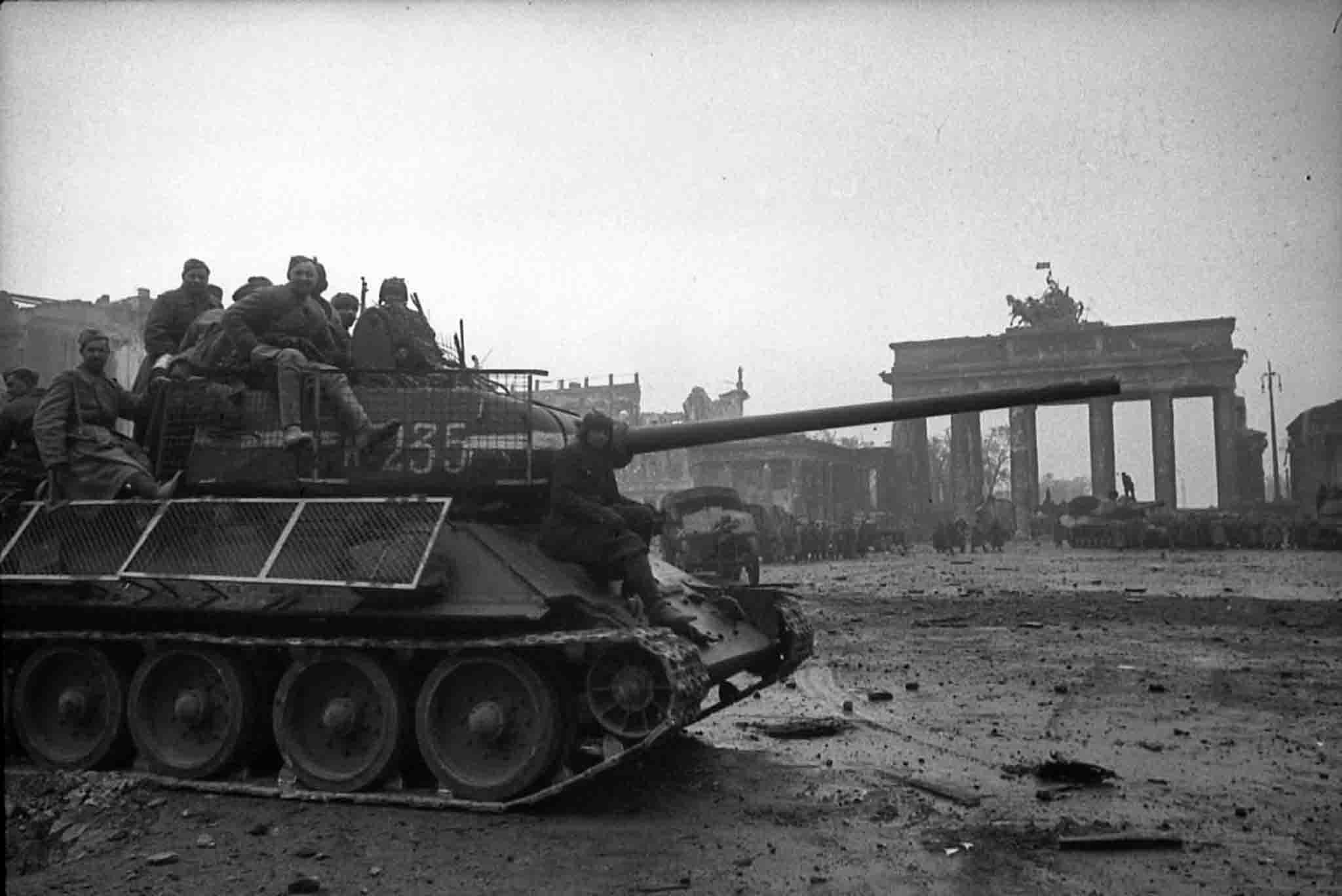 Panzerfaust rakéták elleni improvizált védelemmel felszerelt T-34-85 a Brandenburgi kapu előtt #moszkvater