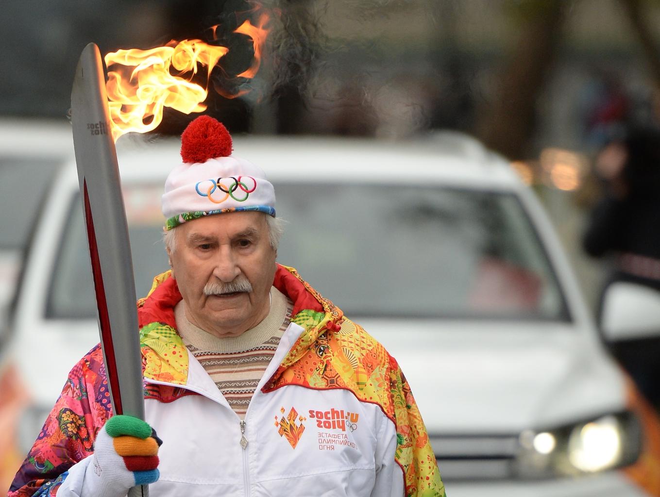 Vlagyimir Zeldin orosz színész az ollimpiai lánggal Moszkvában, a 2014-es Szocsiban rendezett olimpia előtt #moszkvater