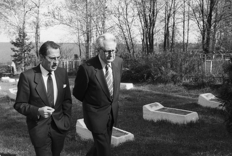 Andreas-Meyer Landrut és Hans Vogel, az SPD elnökének látogatása a Krasznogarszki temetőben 1988-ban #moszkvater