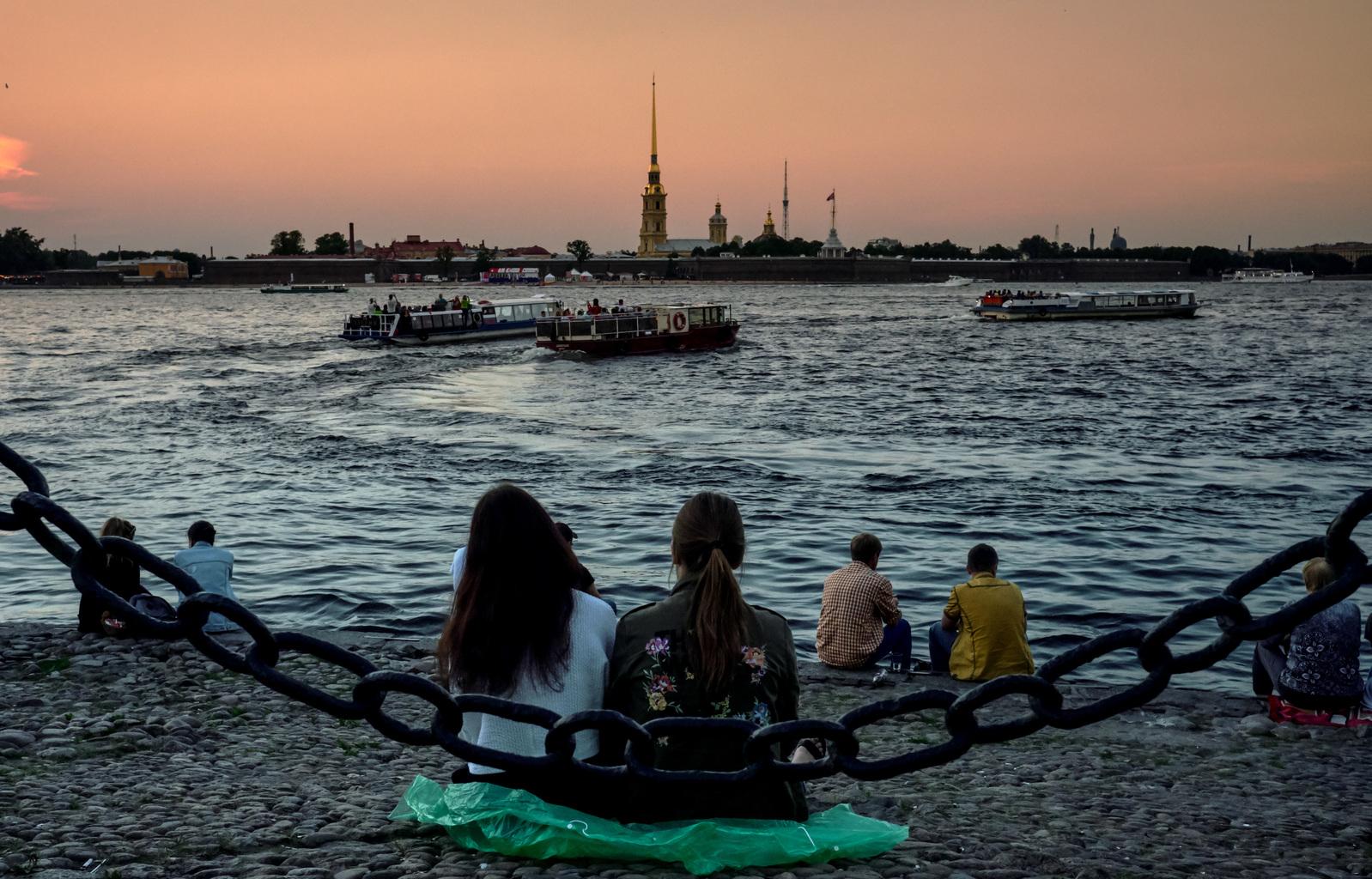 Turisták nézik a naplementét a Néva-parton Szentpéterváron #moszkvater