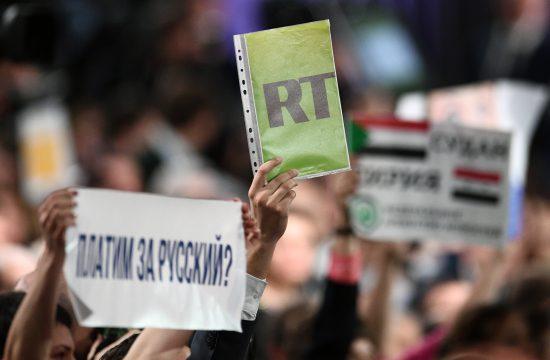 A Russia Today újságírója egy kérdést szeretne feltenni Vlagyimir Putyin rendszeresen megtartott, éves sajtótájékoztatóján Moszkvában, 2017. december 14-én #moszkvater