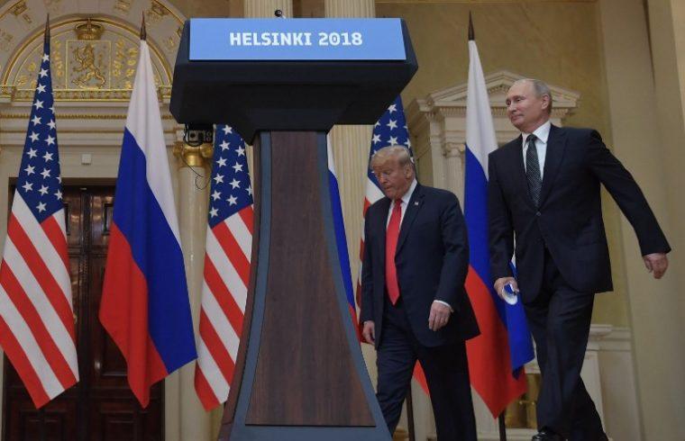 Donald Trump amerikai és Vlagyimir Putyin orosz elnök érkeznek találkozójuk utáni sajtótájékoztatójukra Helsinkiben 2018. július 16-án #moszkvater