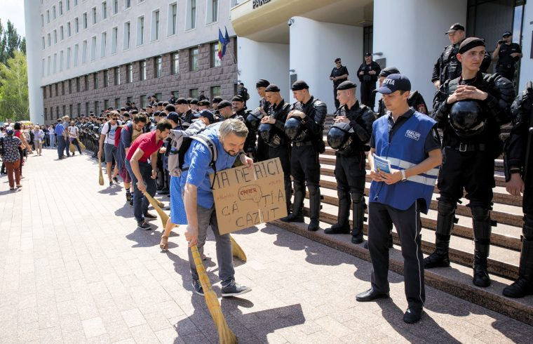 Tüntetők a parlament előtt Kisinyovban, 2018. július 19-én #moszkvater