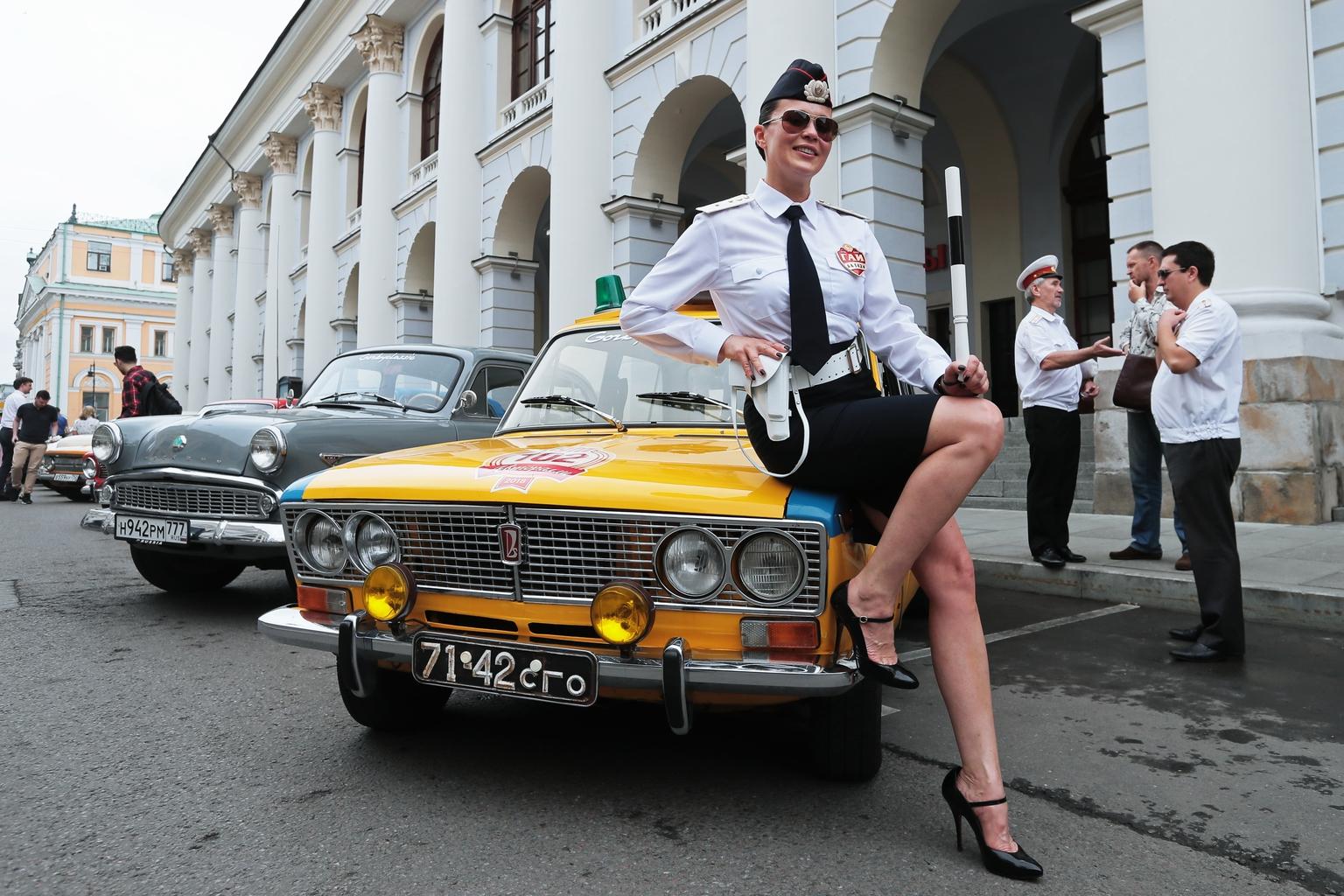 Lada 2103-as modellen pózoló modell Moszkvában #moszkvater