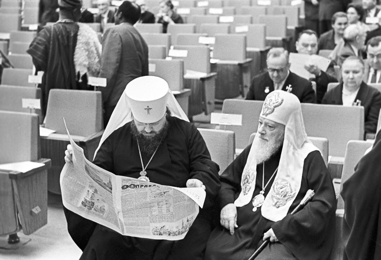 Pimen ortodox pátriárka (jobbra) kisérője a Pravdát olvassa egy nemzetközi kongresszus szünetében Moszkvában, 1971-ben #moszkvater