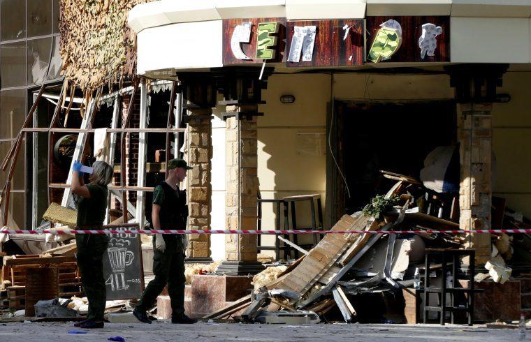 Különleges ügynökök vizsgálják a helyszínt a donyecki Separ kávézóban 2018. szeptember 1-én, ahol robbantással meggyilkolták a Donyecki Népköztársaságot 2014 óta vezető Alekszandr Zaharcsenkót #moszkvater