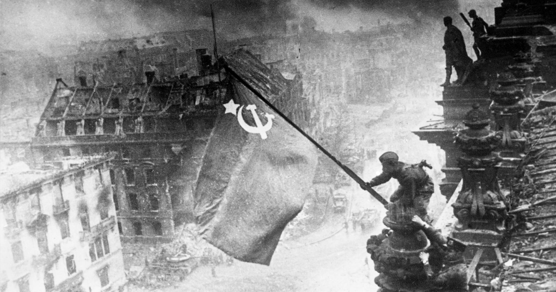 Egy szovjet katona kitűzi a vörös lobogót a berlini Reichstag épületére 1945. május 2-án #moszkvater