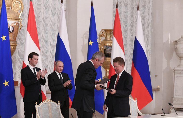 Sebastian Kurz osztrák kancellár és Vlagyimir Putyin orosz elnök a háttérben, miközben a Gazprom vezérigazgatója, Alekszej Miller és az OMV vezérigazgatója, Reiner Seele megállapodást írnak alá a nyugat-szibériai Urengoj gázmező fejlesztéséről Szentpéterváron, Oroszországban 2018. október 3-án Fotó:EUROPRESS/AFP/Alexey Danichev/Sputnik #moszkvater